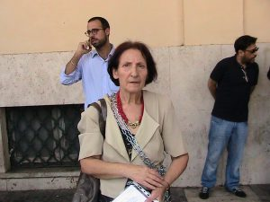 Lucia Salvati incatenata per protesta al Municipio di Ostia