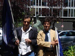 Antonello De Pierro e Vittorio Marinelli incatenati davanti alla sede Rai di viale Mazzini a Roma